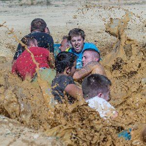 Exemple fotografia documental o social. Estirar la corda al fang.
